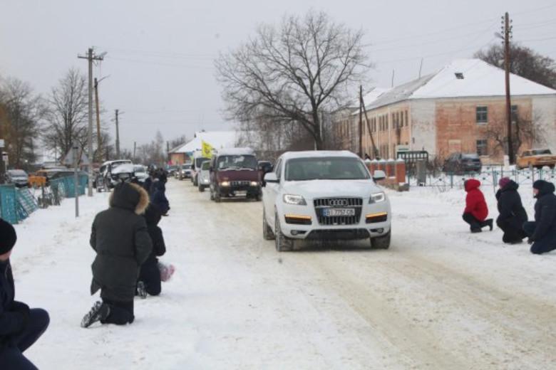 Жители села Руновщина на коленях встречали траурный кортеж с телом погибшего земляка