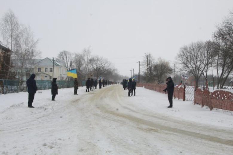 Жители Руновщины выстроились живой цепью от въезда в село к дому погибшего земляка