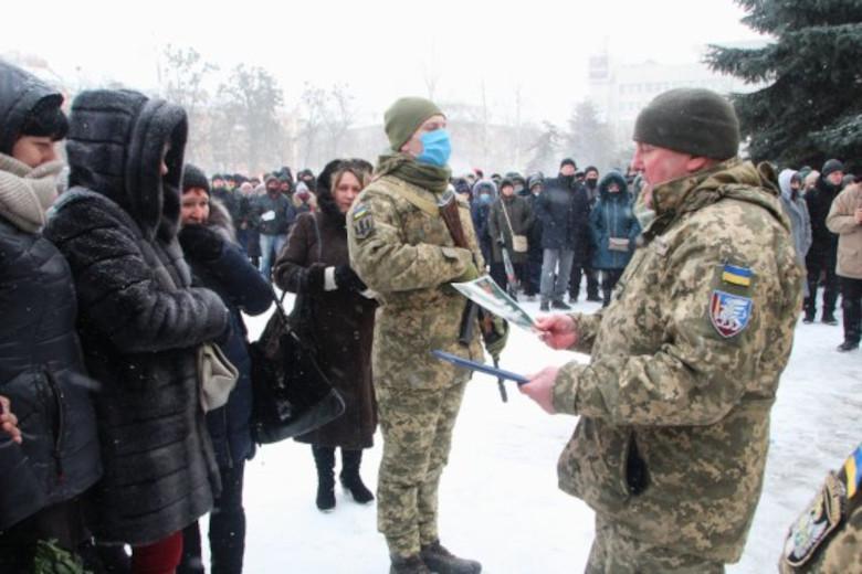 Майор Петр Гоц вручает жене погибшего Анне Глушко Грамоту уважения и скорби от имени главнокомандующего ВСУ