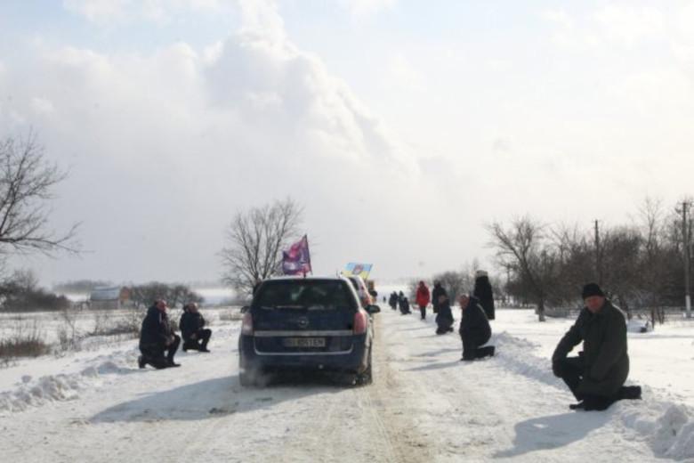 Жители села Петрашовки на коленях встречают траурный кортеж с телом погибшего земляка
