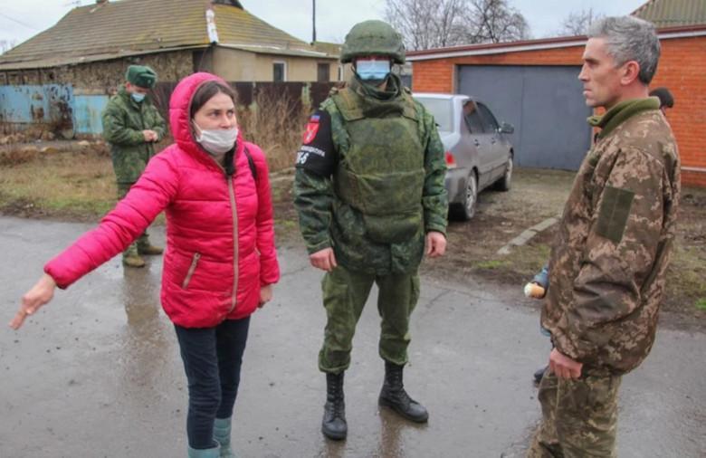 Перебежчика провели по прифронтовому поселку Фото: Андрей ТРУБЕЦКИЙ