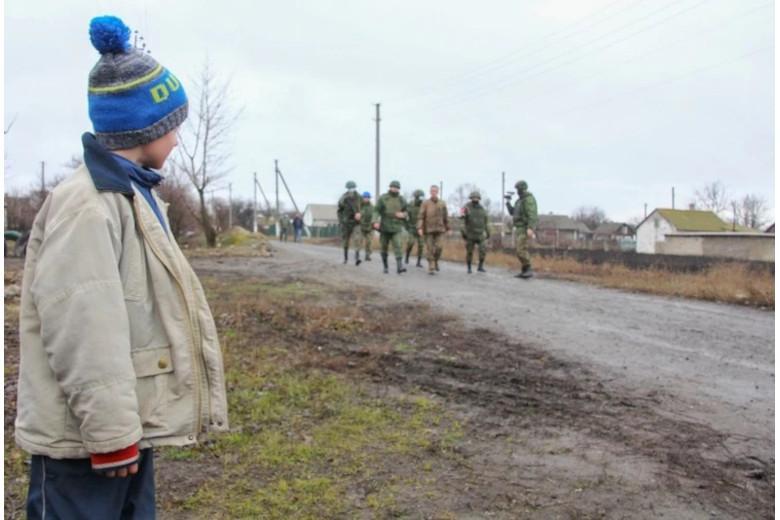 Проходя по поселку мы увидели много детей, которые каждый день, выходя на улицу, рискуют своей жизнью Фото: Андрей ТРУБЕЦКИЙ