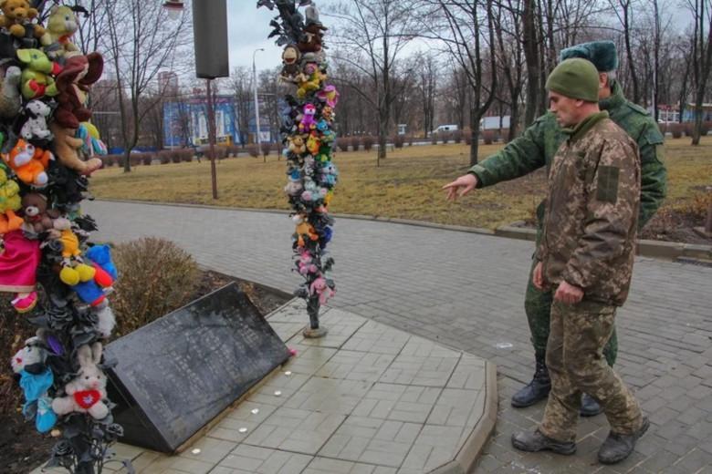 Анатолия привезли к месту, где стоит памятник погибшим детям Донбасса Фото: Андрей ТРУБЕЦКИЙ